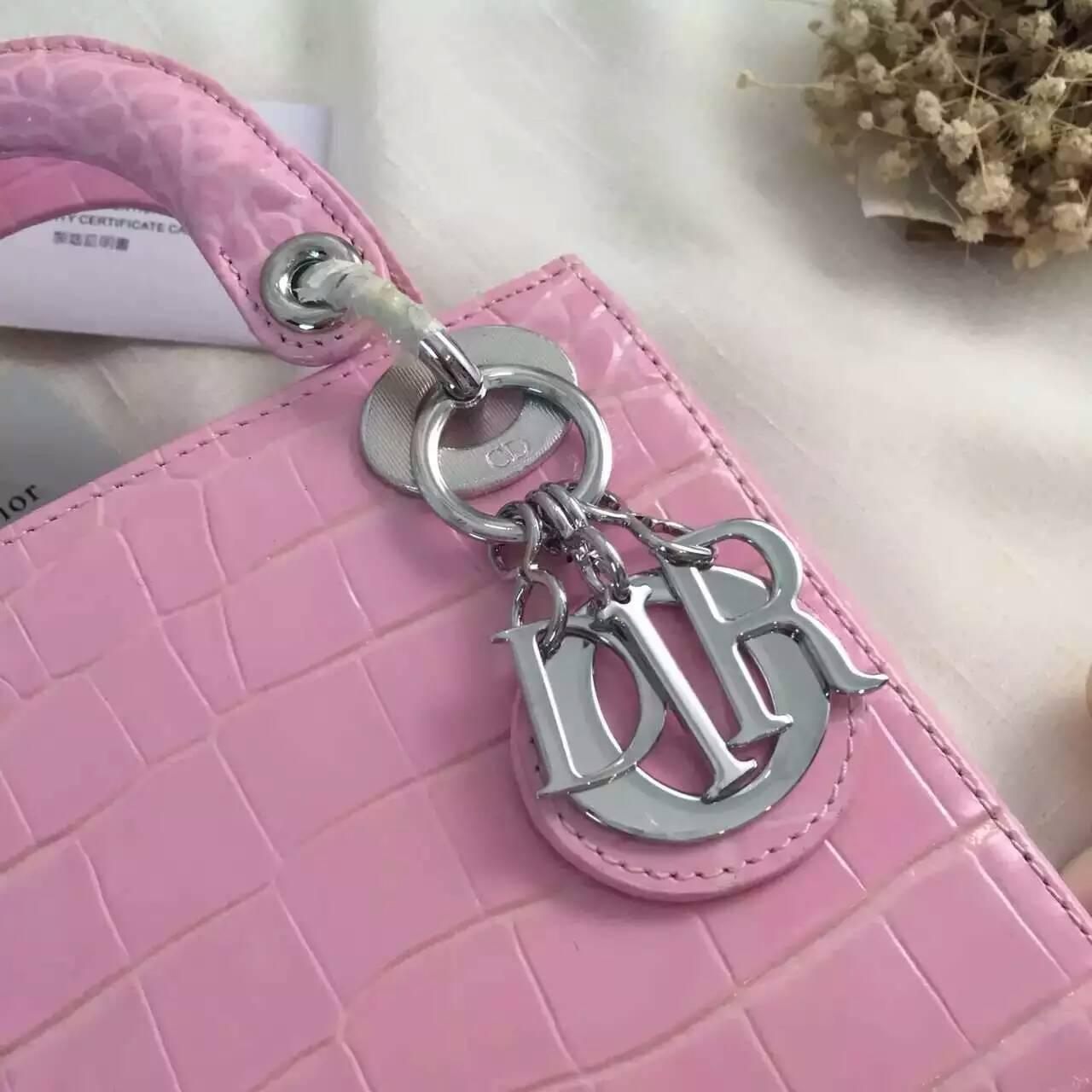 迪奥包包批发 Lady Dior mini浅粉色原版牛皮压鳄鱼纹三格戴妃包