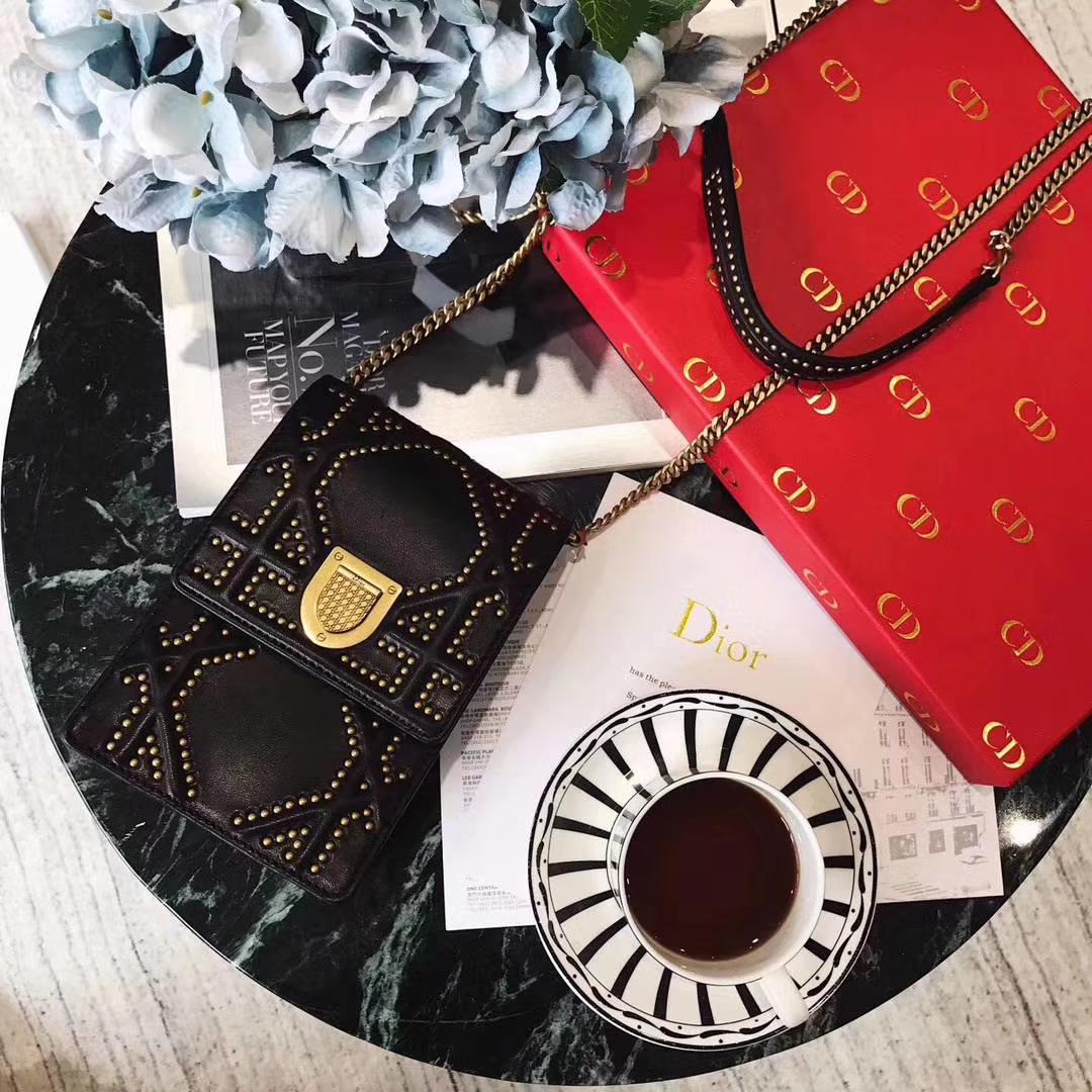 Dior女包价格 迪奥2018春夏新款铆钉链条单肩斜挎手机包 黑色小羊皮