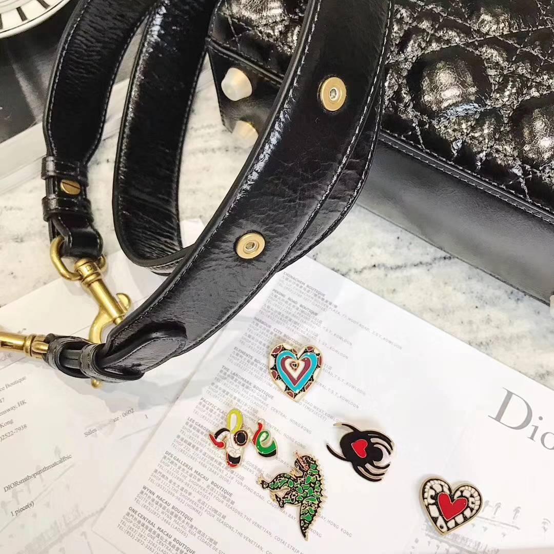 Dior包包官网 迪奥季节限量款油蜡皮四格徽章包戴妃包21CM 复古Logo