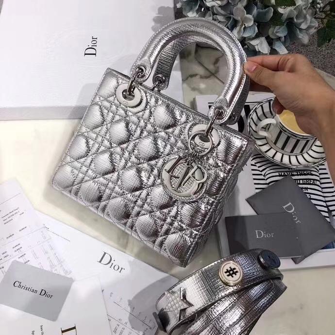 迪奥新款包包 LadyDior mini 银色磨砂皮料徽章系列迷你戴妃包20cm