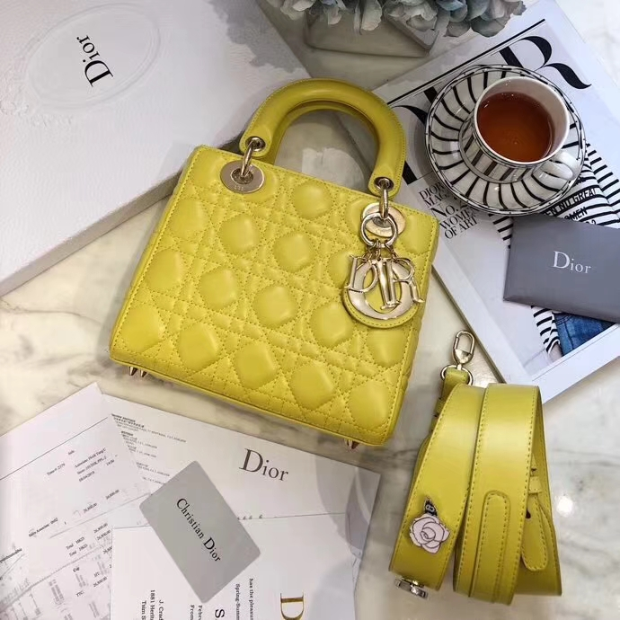 迪奥包包官网 Dior进口磨砂质感LadyDior徽章系列四格戴妃包20cm 黄色